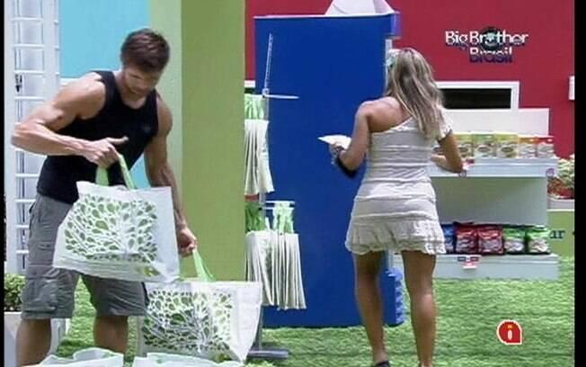 Jonas ajuda colegas a levar as sacolas de compras para a casa