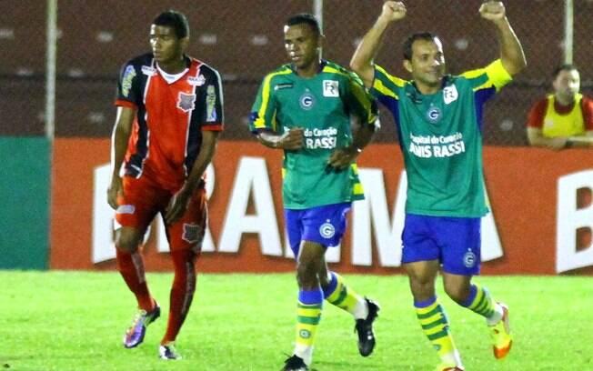 ce98107ab7 Camisa do Goiás choca o Brasil. Relembre outros modelos esquisitos ...
