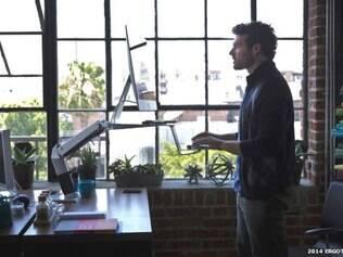 Mesas adaptadas para o trabalho em pé costumam ser mais caras que as mesas comuns