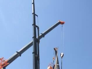 Trabalhadores responsáveis pela retirada descobriram uma chapa de aço no obelisco