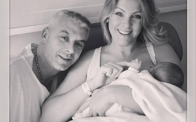 Ana Hickmann publica foto com o filho e o marido