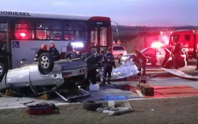 Acidente entre carro e ônibus deixa duas pessoas feridas na John Boyd