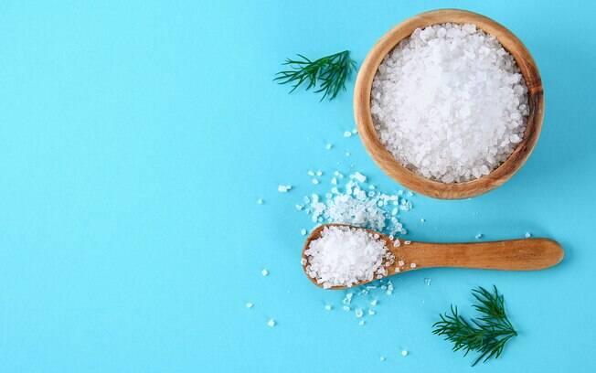 Sais minerais essenciais: a principal fonte do cloreto é o sal, embora ele possa ser encontrado nos pães, carnes etc.