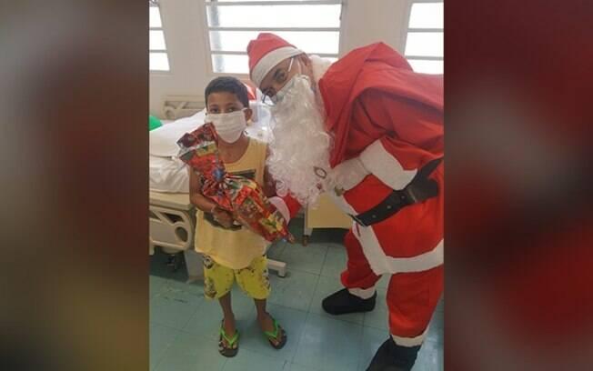 Papai Noel presenteia crianas internadas no Hospital da PUC