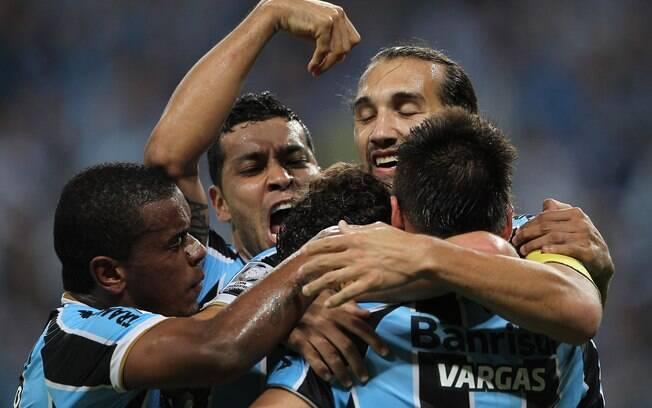 Jogadores do Grêmio comemoram gol da vitória  sobre o Santa Fé