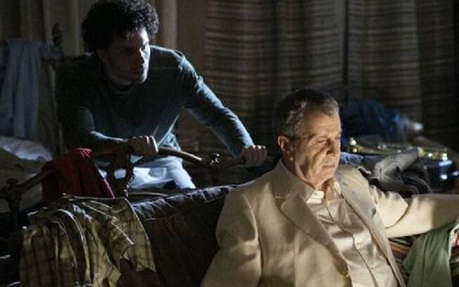 Márcio (Thiago Fragoso) conversa com o espírito de Salomão (Daniel Filho) em