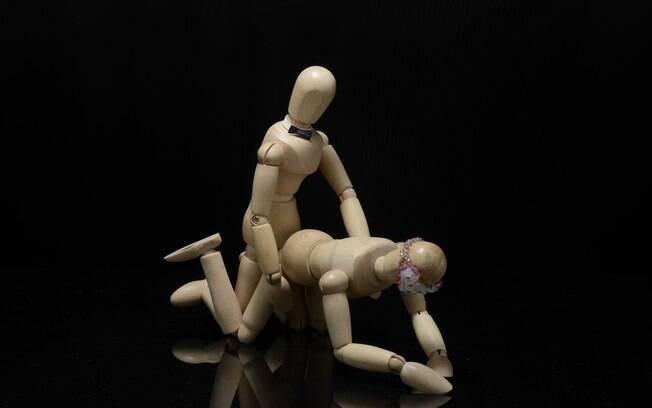 Homem não pode introduzir o pênis no ânus da parceira de uma vez, já que isso pode machucar, tem de ser bem aos poucos