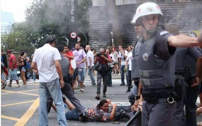 PMs entram em confronto com manifestantes em ato contra o governo do presidente Michel Temer, em São Paulo