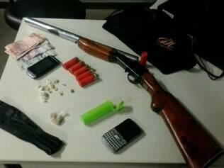 Uma denúncia levou a PM até o imóvel onde foram apreendidas armas e drogas