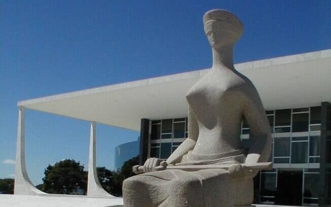 Escultura de Alfredo Ceschiatti, estátua da Justiça adorna a fachada do Supremo Tribunal Federal (STF)