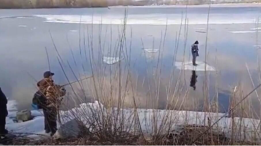 Segundo informações, pedaço de gelo em que o menino se mantinha estava cerca de 20 metros distante da costa