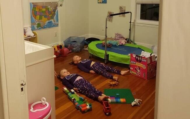 A mãe comprou pijamas que brilham no escuro e disse para as meninas que precisavam ficar na luz para recarregá-los