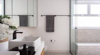 Box até o teto é aposta para criar ambiente aconchegante no banho