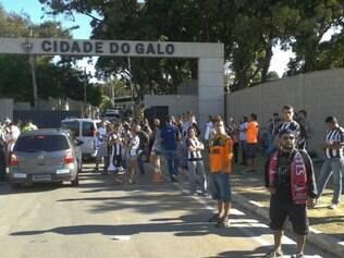 Torcida do Atlético marca presença no lado de fora da Cidade do Galo e tenta dar o último adeus a Ronaldinho.