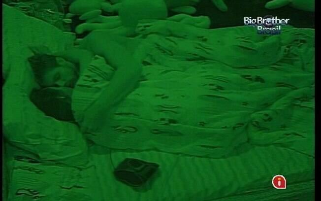 Jonas e Monique trocam mais beijos antes de dividir a cama de casal do Quarto Praia