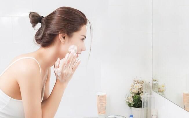 Entre os cuidados com a pele que são essenciais está escolher o sabonete certo para lavar o rosto e não ter efeito rebote