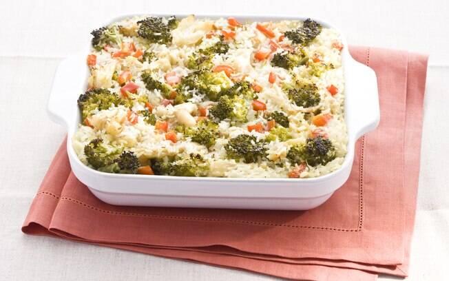 Foto da receita Arroz de forno com bacalhau, pimentão e brócolis pronta.