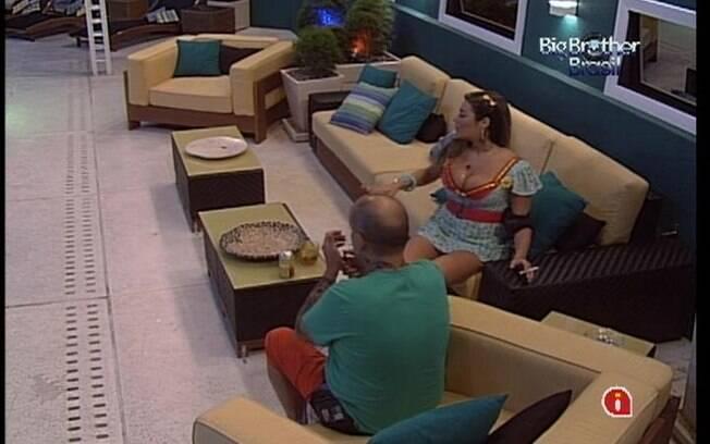 Monique conversa com João Carvalho na varanda da casa mais vigiada do Brasil
