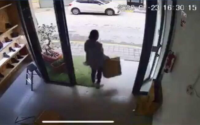 Nas imagens, é possível ver o momento em que a ladra deixa a loja com os objetos roubados