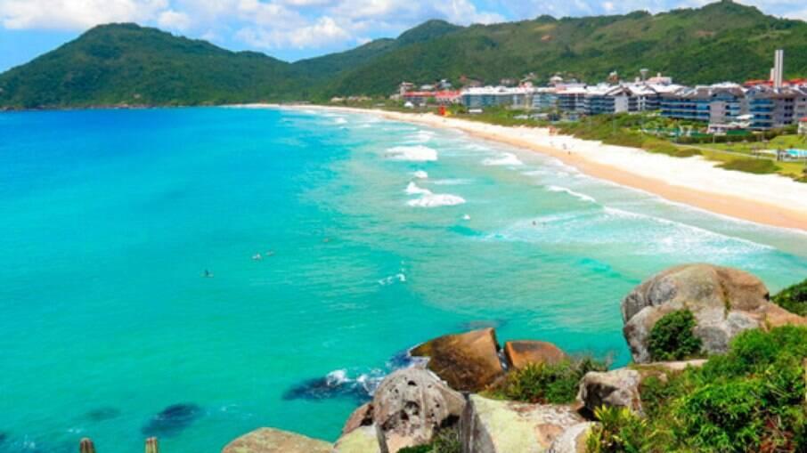 As águas da Praia Brava são claras e a faixa de areia é fofa e branca