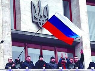 Tensão. Manifestantes com bandeiras russas invadem prédio do governo na cidade ucraniana de Donetsk