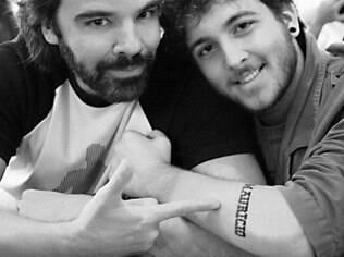 Bryan e sua tatuagem com o nome do pai Maurício, gay assumido