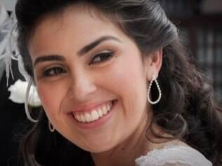 Sobrancelhas delineadas corretamente: maquiagem do grande dia não pode marcá-las demais. Make de Karina Bastos