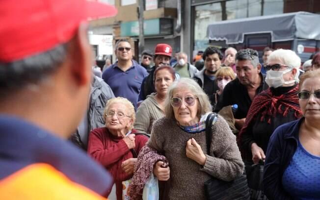 Idosos fizeram fila nos bancos da Argentina para tirar benefícios
