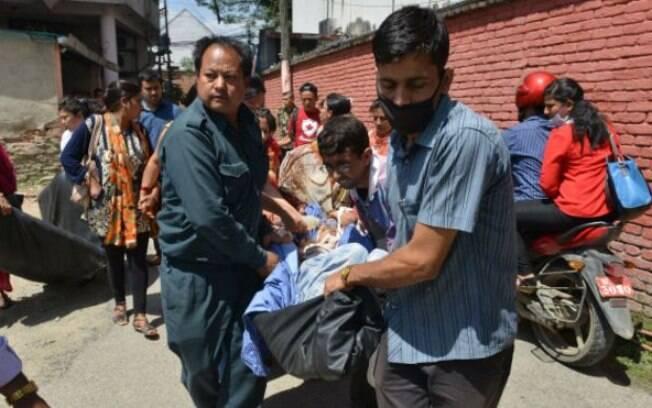 Pacientes de um hospital em Katmandu são evacuados por causa do segundo terremoto