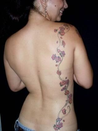 Tatuagens que possam ser escondidas podem ser feitas em qualquer pessoa, como os lacinhos feitos por Cláudia Tostes