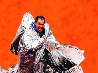 Perigo. Clayton Conservani se arrisca explorando o vulcão Marum, na estreia da atração da Globo
