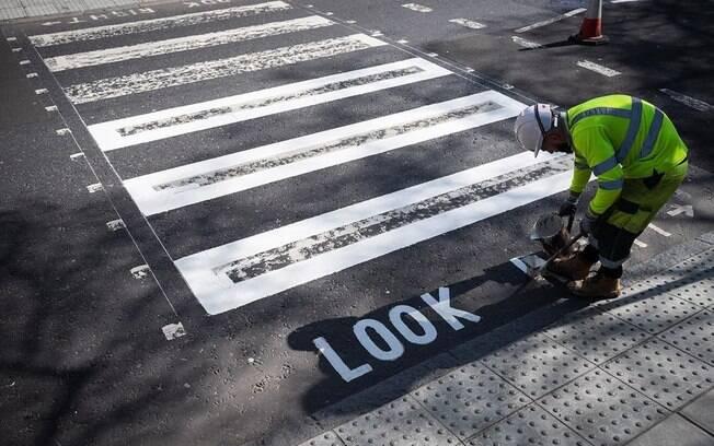 A famosa faixa de pedestres da Abbey Road, em Londres, foi pintada nesse período de quarentena