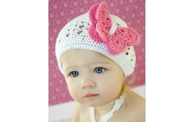 A touca branca pode ser incrementada com uma borboleta rosa. Foto   Pinterest Valerie b02bd01f488