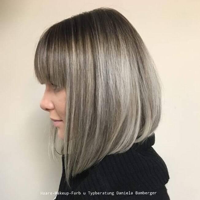 mulher com cabelo loiro e mechas platinadas