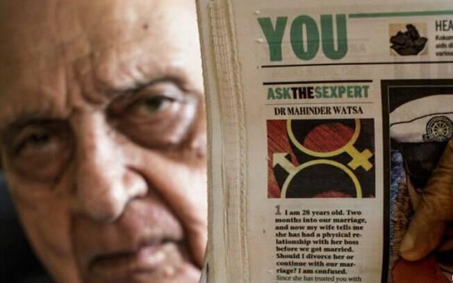 Watsa exibe uma cópia de sua coluna publicada no jornal Mumbai Mirror