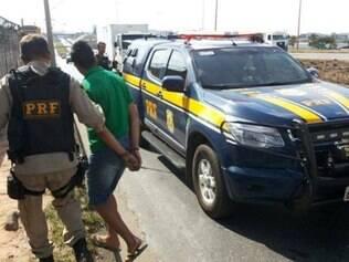 Jovens foram detidos com veículo furtado na BR-040