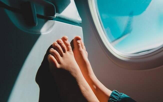Fazer pequenos exercícios no tornozelo e joelho podem ajudar na circulação do sangue