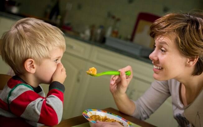 Comer bem deve ser um prazer, e obrigar seu filho a comer o que ou quanto ele não quer é o primeiro passo para que ele deteste a hora das refeições