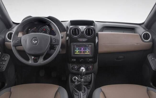 Por dentro, ainda há o que melhorar na ergonomia. Na versão 4x4, há partes marrons e revestimento que imita couro