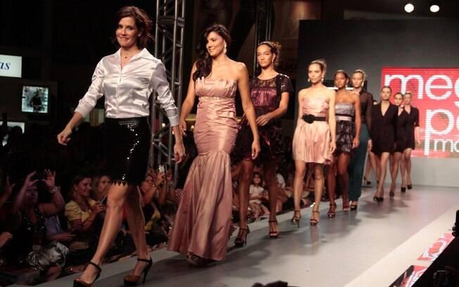 Deborah Secco atacou de modelo e desfilou em São Paulo nesta quarta-feira (29)