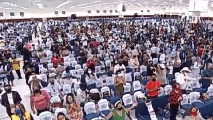 Culto presencial de Valdemiro Santiago gerou aglomeração neste domingo de Páscoa