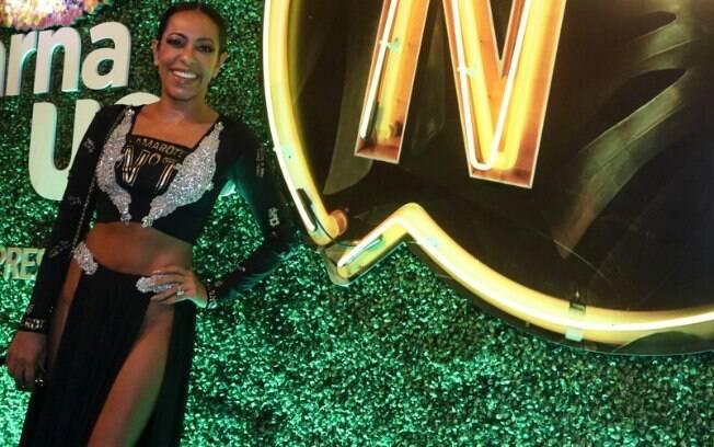Samantha Schmütz usa fenda dupla para segundo dia dos desfiles das escolas de samba do Rio