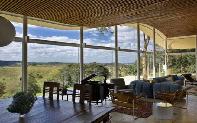 Em madeira e estrutura metálica, a casa se abre para a paisagem