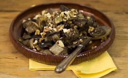 Faça a berinjela refogada com pimenta síria da Rita Lobo