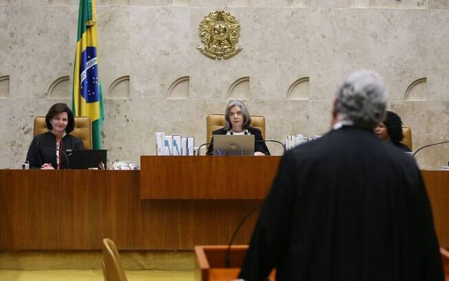 Chefe da PGR, Raquel Dodge (esq.) quer que Supremo compartilhe provas da Lava Jato com procuradores