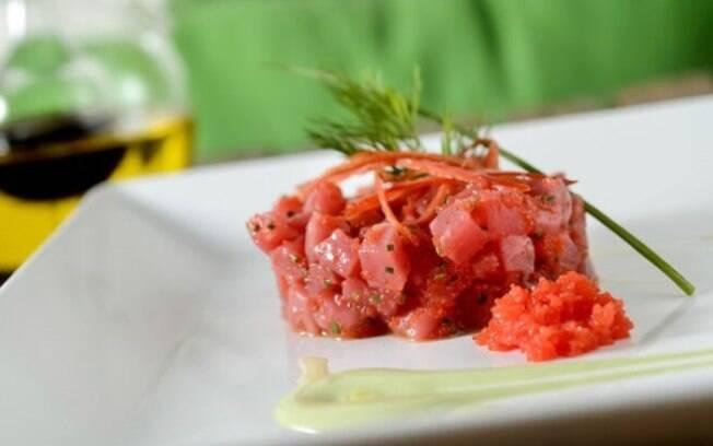 Tartar de atum com ovas de massago vermelha e creme de wasabi