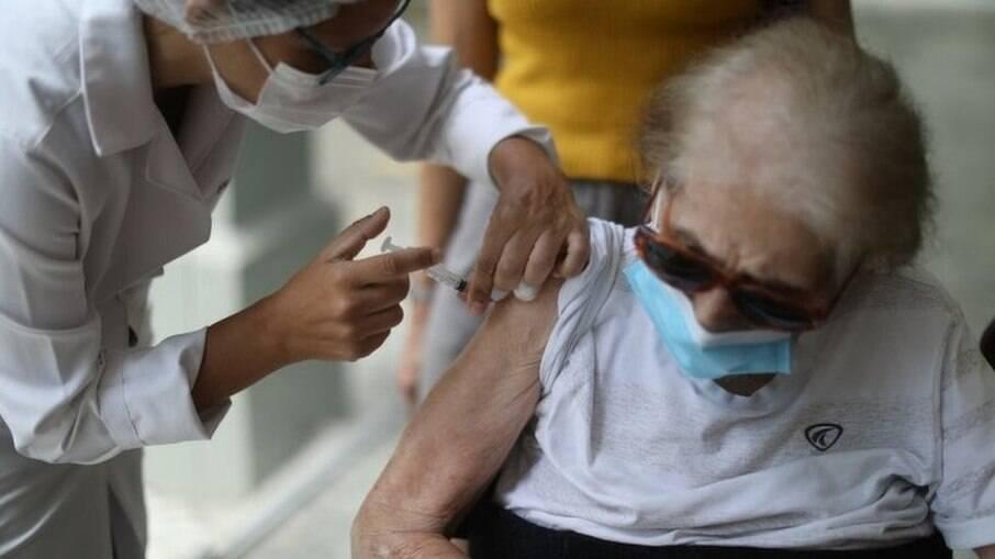 Idosos são maioria entre os que não voltaram para a 2ª dose da vacina em SP