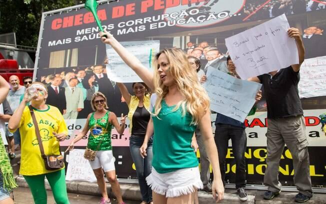 Algumas mulheres se destacaram na manifestação em São Paulo pelo visual. Foto: Paulo Lopes/Futura Press