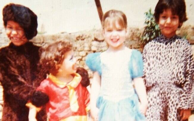 Sheila Mello fantasiada na infância