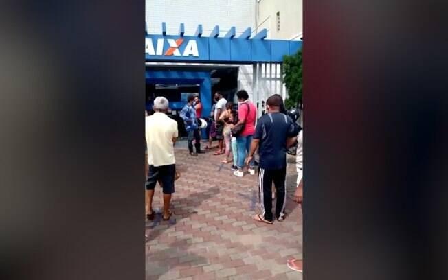 Moradora flagra aglomerao em fila de banco em Sumar